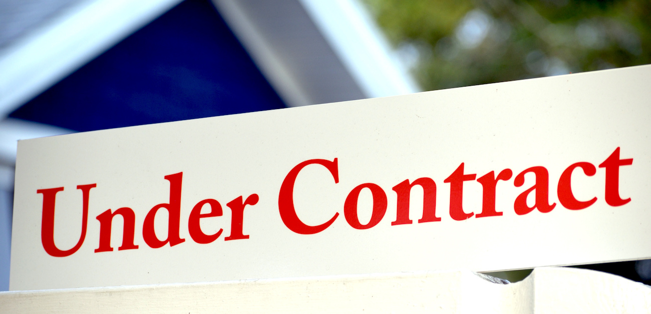 Under contract sign in yard