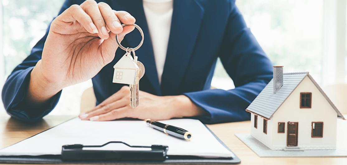 agent with keys, model home and contracts